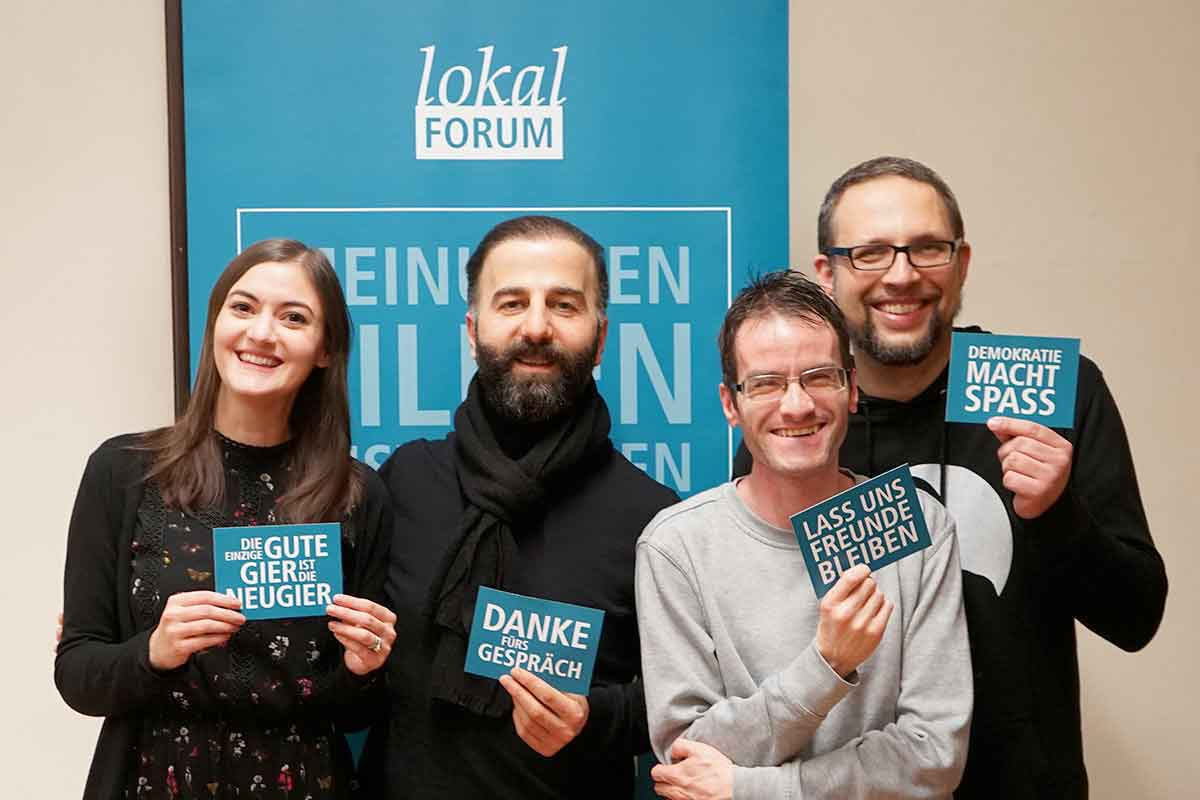 Filmvorführung Mandarinenbaum: derLokal-Forum Vorstand mit Cengiz Akaygün und den beliebten Postkarten