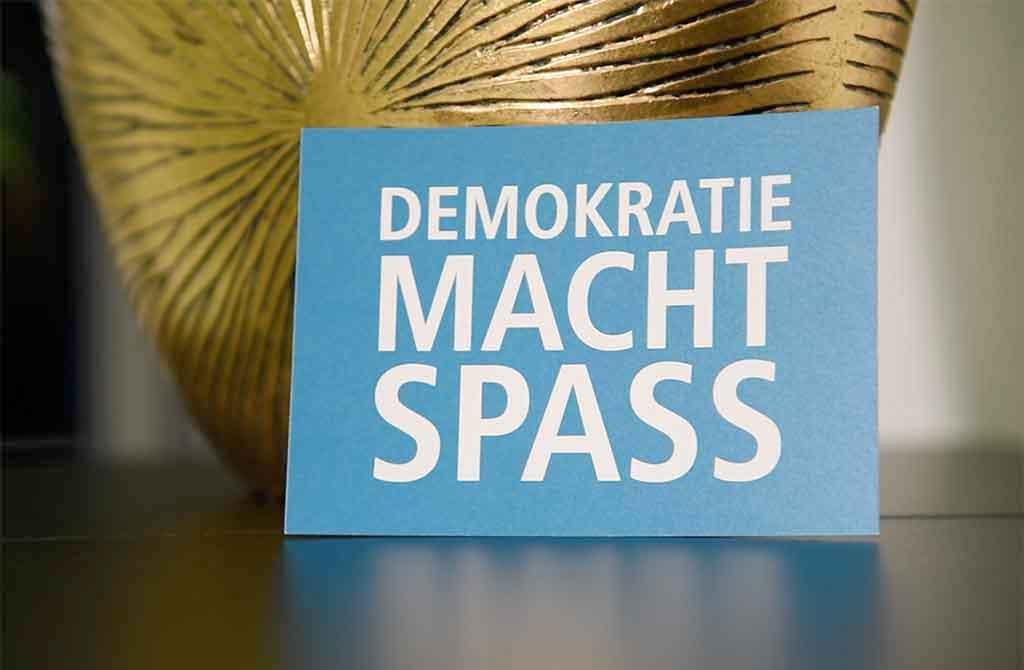 Postkarte Demokratie macht Spass vom Lokal-Forum e.V.