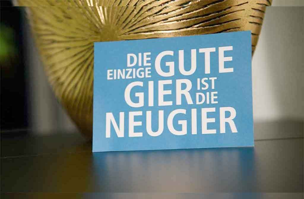 Postkarte Die einzige gute Gier ist die Neugier vom Lokal-Forum e.V.